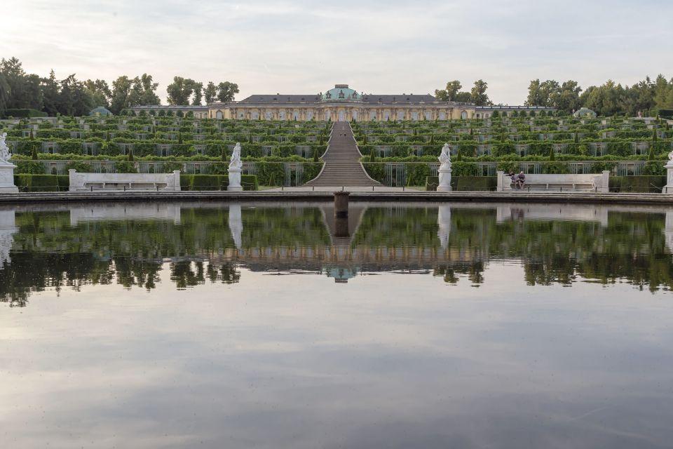 Schloss Sanssouci mit Terrassen spiegelt sich im Bassin, ©SPSG/PMSG, André Stiebitz