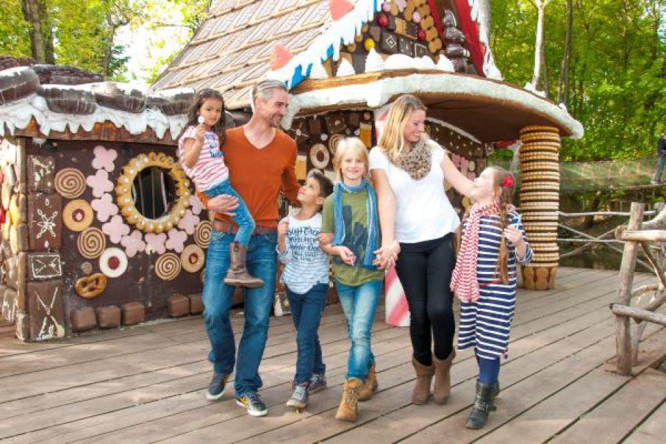 Familie am Hexenhaus © Filmpark Babelsberg/Mathwig
