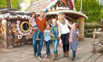Familie am Hexenhaus, Foto: Filmpark Babelsberg/Mathwig