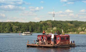 Mit dem Floß rund um die Insel Potsdam, Foto: Martin Kirchner/fischundblume